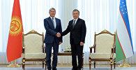 Президента Кыргызской Республики Алмазбек Атамбаев с главой государства Узбекистан Шавкатом Мирзиёевым на официальной церемонии встречи в резиденции Куксарой