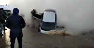 Казакстанда асфальт жарылып жолдо бараткан жеңил унаа асылып калды. Видео