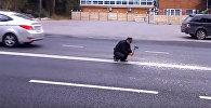 В России мужчина рубил топором двойную сплошную — видео