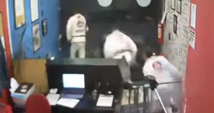 Полицейский с сыном наруках застрелил 2-х преступников