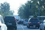 Автомобили на одной из улиц Бишкека. Архивное фото