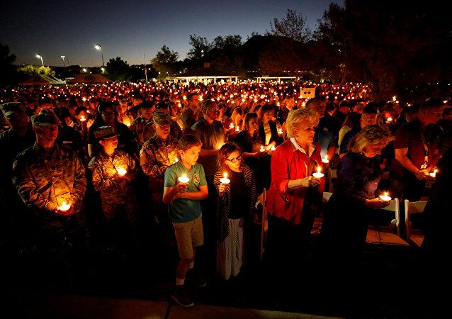 Люди на похоронах у погибшего во время стрельбы у казино в Лас-Вегасе
