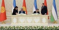 Президент Кыргызстана Алмазбек Атамбаев и глава Узбекистана Шавкат Мирзиёев во время церемонии подписания совместных документов.
