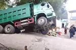 Грузовик проваливается под землю в Баткене — очевидец снял момент на видео