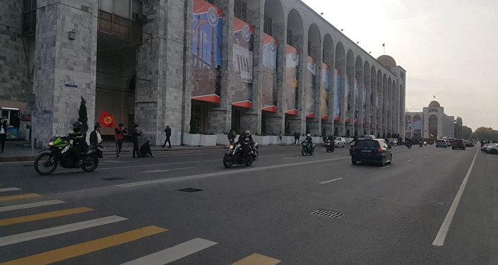 Байкеры гоняли по центру Бишкека в честь закрытия мотосезона — видео