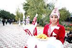 Өзбекстандык артисттер Ош шаарына маданий программа менен келгендигин Sputnik Кыргызстан агенттигинин жергиликтүү кабарчысы билдирди