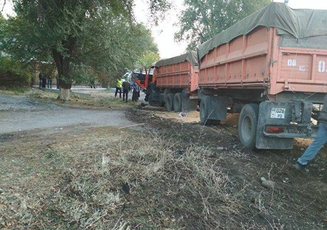 Последствия ДТП на трассе Бишкек — Кара-Балта, где погиб вице-премьер-министр КР по силовому блоку Темир Джумакадыров