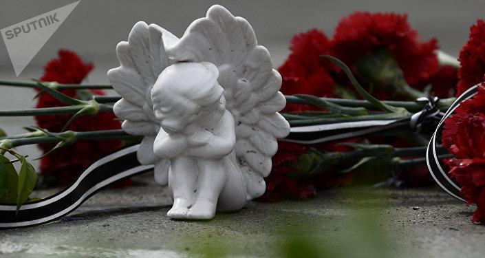 Цветы и фигурка ангела на памятнике. Архивное фото