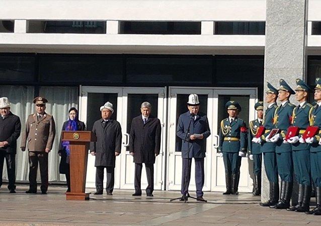 В Кыргызском национальном драматическом театре имени Токтоболота Абдумомунова проходит панихида по погибшему в ДТП вице-премьер-министру КР Темиру Джумакадырову