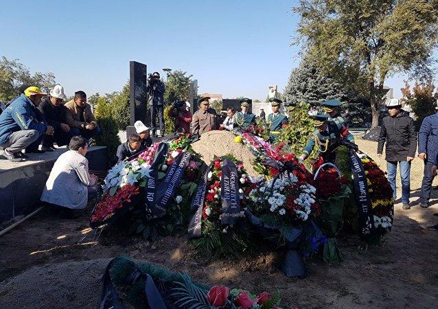Военнослужащие Национальной Гвардии возложили к  могиле венки от коллективов государственных органов.