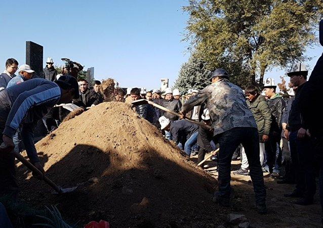 Вице-премьер-министр Темир Джумакадыров похоронен на Ала-Арчинском кладбище. Прочитана молитва по усопшему