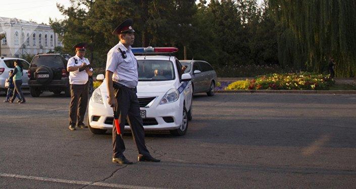 Сотрудники патрульной милиции столицы во время рейда в Бишкеке. Архивное фото