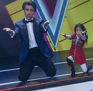 Девочка из Кыргызстана Нурпери Тургуналиева на передаче Лучше всех. Фото с YouTube канала АО Первый Канал