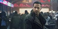 Изображение, выпущенное Warner Bros. Pictures, показывает Райана Гослинга из фильма Дени Вильнёва Бегущий по лезвию 2048