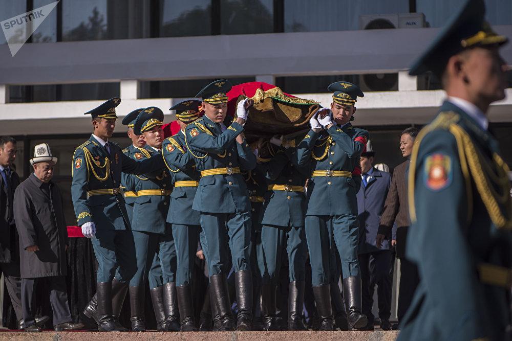 Улуттук гвардиянын жоокерлери маркумдун сөөгүн алып баратышат