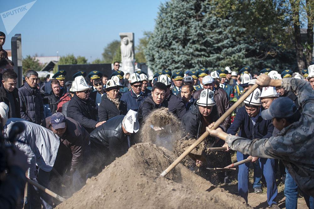 Темир Жумакадыровдун сөөгү Бишкектеги Ала-Арча көрүстөнүнө коюлду. Бул бейитке кыргыздын көрүнүктүү атуулдары жашырылган