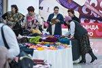 Сообщество пожилых Babushki Incorporated проводит ярмарку в одном из торговых центров Бишкека
