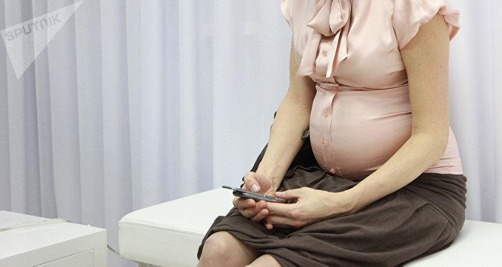 Беременная женщина в больнице. Архивное фото
