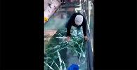 Сердце ёкнуло! — стеклянный мост в Китае начал трескаться под ногами