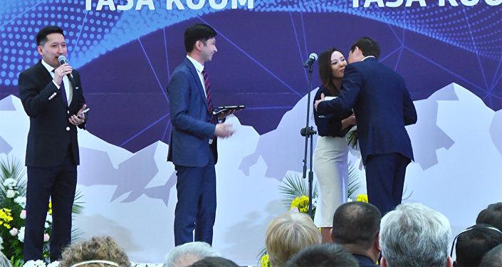 Сапар Исаков напросился на регистрацию пары, подавшей онлайн-заявку в загс