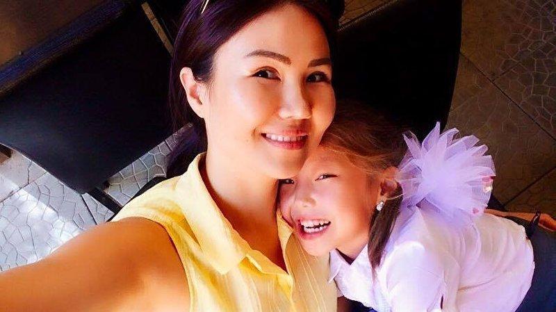 Телеведущая, корреспондент пресс-службы Жогорку Кеңеша Жылдыз Жолдошбаева с дочерью