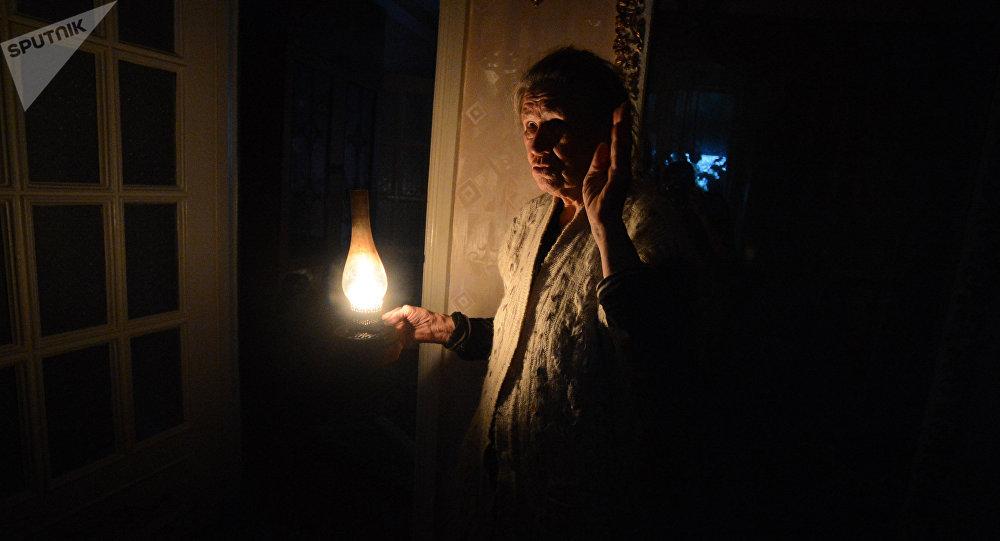 Жительница одна в своем доме без электричества. Архивное фото