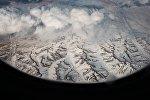 Вид из окна самолета на горы. Архивное фото