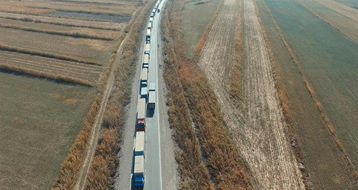 Кыргыз-казак чек арасында кезек күтүп чубалжыган фуралардын асмандан көрүнүшү