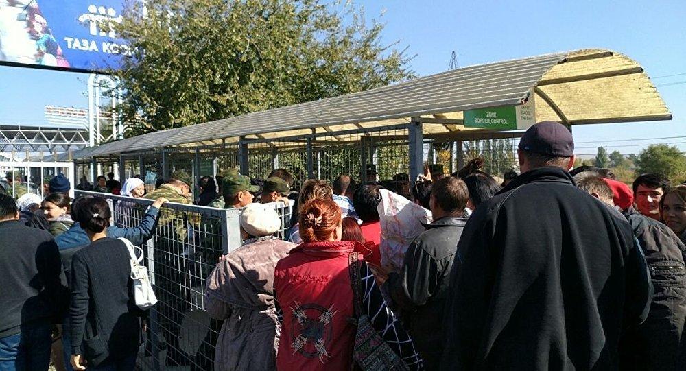 Люди в очереди на пункте пропуска Ак-Жол - Автодорожный