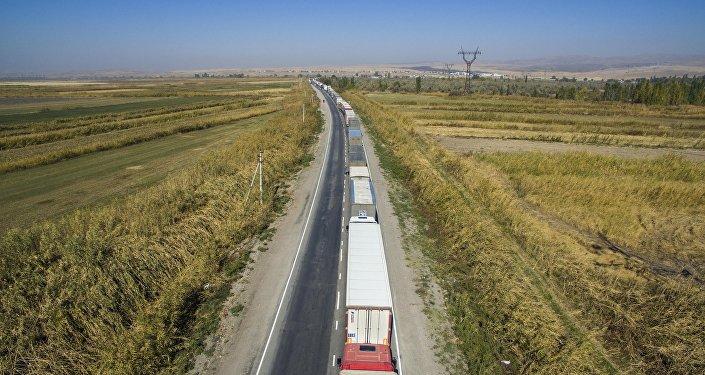 Большой затор фур на КПП Актилек-автодорожный на границе Кыргызстана и Казахстана