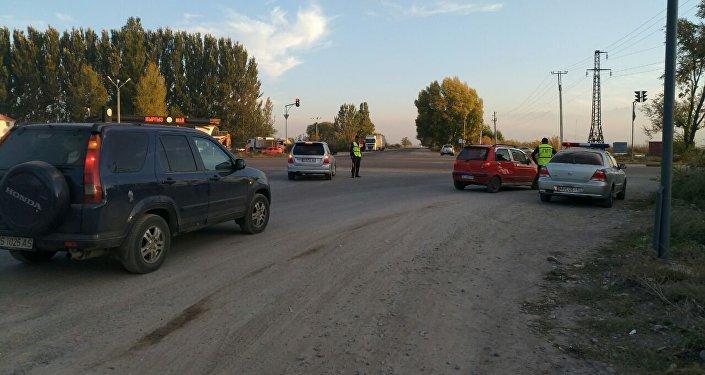 Сотрудники Отдела транспортного контроля приехали на объездную и помогают водителям фур припарковать грузовые машины. Архивное фото