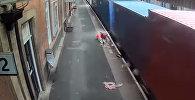 Британияда поезд кичинекей баланын коляскасын сүзүп кетти. Видео
