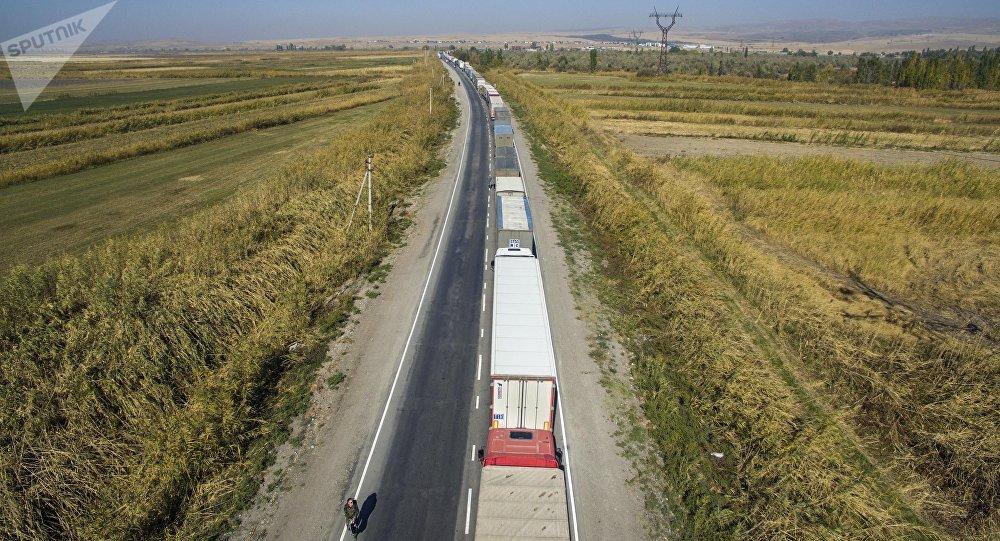 Кыргызско-казахская линия : Около 2-х тыс.  человек немогут пересечь границу