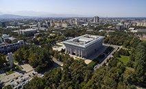 Вид на здание Жогорку Кенеша и Бишкек с высоты. Архивное фото