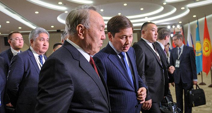 Премьер-министр Сапар Исаков Сочи шаарында өтүп жаткан Жогорку Евразиялык экономикалык кеңештин жыйынында Казакстандын президенти Нурсултан Назарбаев менен сүйлөштү