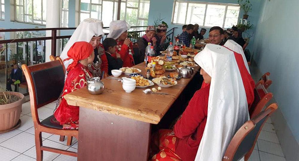 Шесть семей этнических кыргызов, проживавших на Малом и Большом Памире в Афганистане приехали в Нарынскую область
