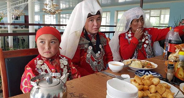 Афганистандын Памиринде жашаган 33 кыргыз Кыргызстанга алып келинди.