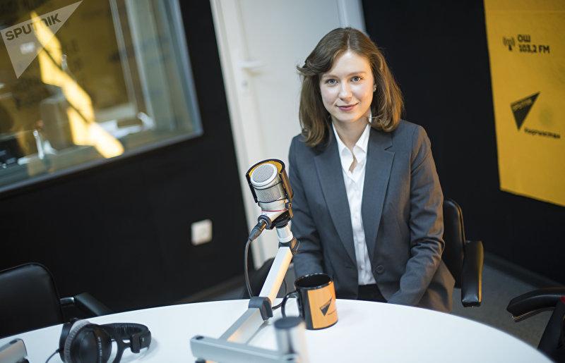 Советник премьер-министра КР Сапара Исакова 26-летняя Юлия Калиниченко во время интервью Sputnik Кыргызстан