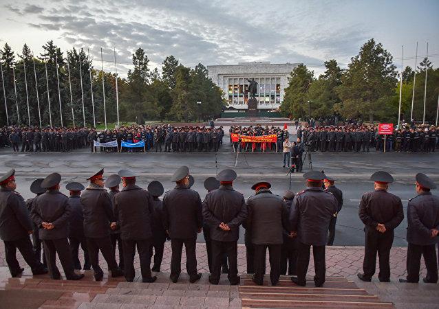 На Старой площади под руководством начальника столичного ГУВД Сталбека Рахманова была проведена проверка готовности милиционеров нести службу во время выборов президента Кыргызстана