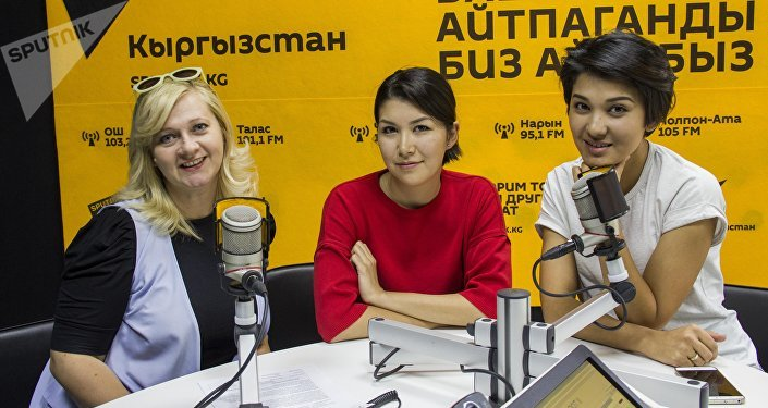 Модель и специалист по связям с общественностью Зарема Жунусова(справа), журналист Ольга Фролова(слева) и юрист Дарика Джумабаева