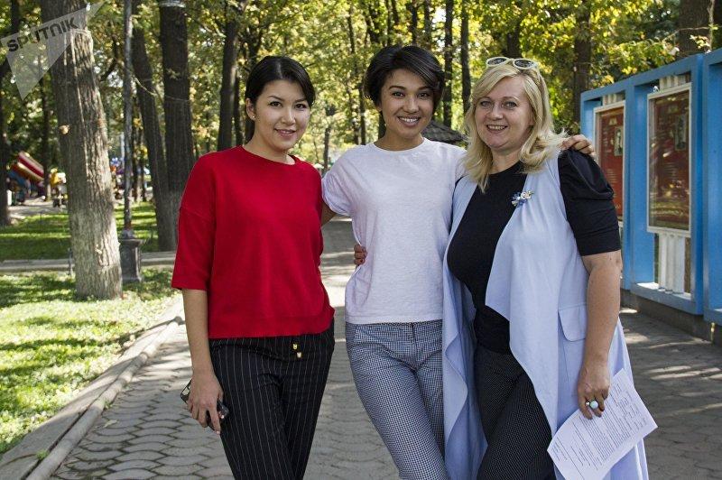 Модель и специалист по связям с общественностью Зарема Жунусова(в центре), журналист Ольга Фролова(справа) и юрист Дарика Джумабаева