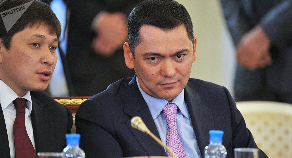 Президентикке талапкер Өмүрбек Бабановдун архивдик сүрөтү