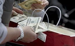 Мужчина с деньгами у кассы. Архивное фото