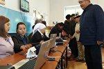 Избиратели во время голосования на избирательном участке в городе Джалал-Абад на выборах президента Кыргызстана
