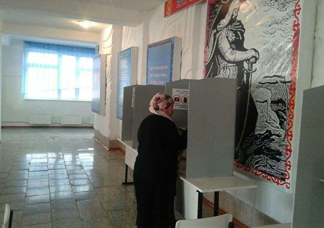 Избиратели во время голосования на избирательном участке в Баткене на выборах президента Кыргызстана