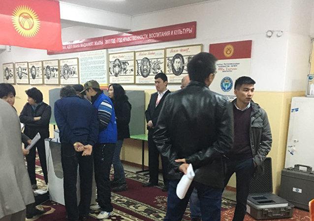 Избиратели во время голосования на избирательном участке в Бишкеке на выборах президента Кыргызстана