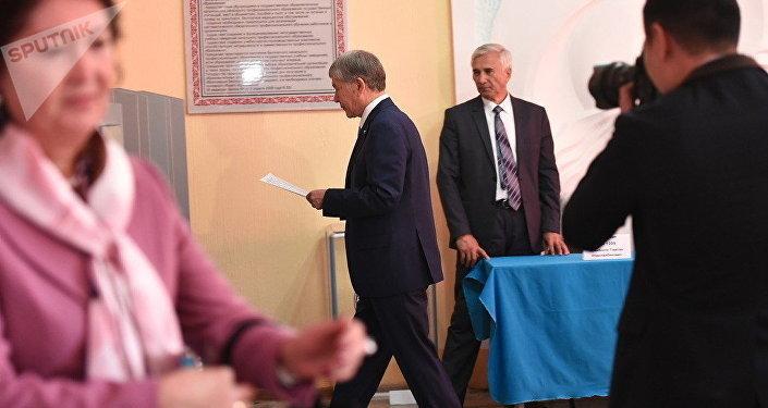 Глава Кыргызстана Алмазбек Атамбаев со своей супругой проголосовал за будущего президента