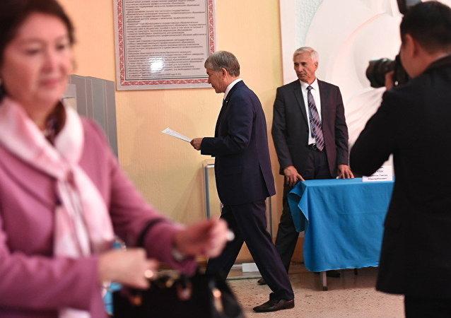 Президент Кыргызстана Алмазбек Атамбаев во время голосования на избирательном участке Бишкека