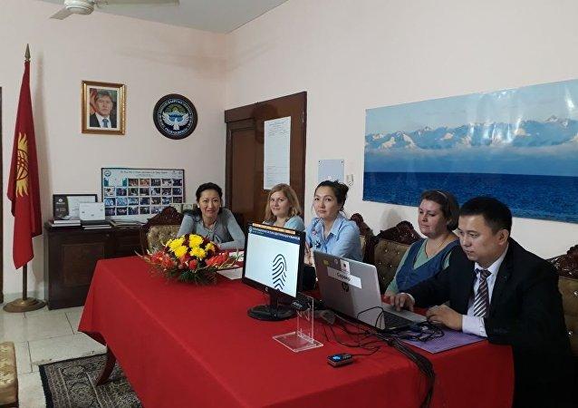 Избирательный участок на президентски выборы Кыргызстана в Индии