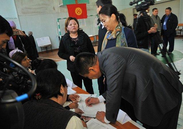 Мэр Оша Айтмамат Кадырбаев проголосовал на выборах президента на избирательном участке №5327 в Оше